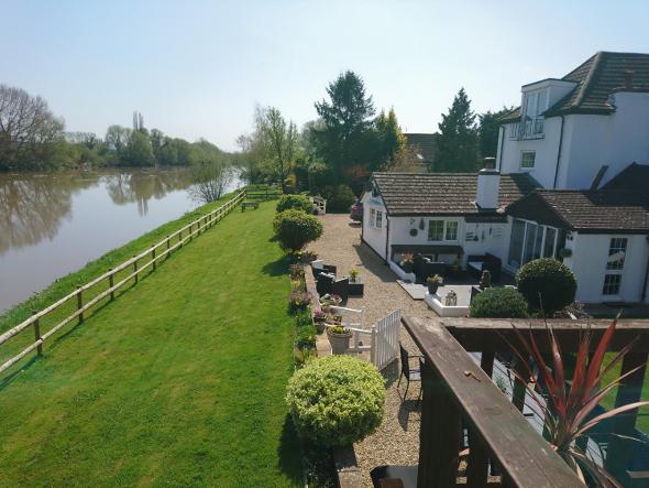PMHouse024 riverside setting